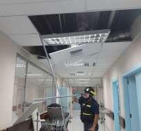 Personal del Cuerpo de Bomberos inspecciona instalaciones de Solca en Portoviejo. Foto: Tomado de Twitter CUPS Fire.
