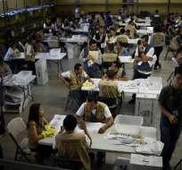 Los miembros del Tribunal Supremo Electoral contando los votos.  Foto: AFP