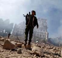Un rebelde hutíe inspeccionando la zona de combate en Yemen.  Foto:AFP
