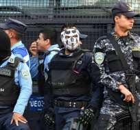 TEGUCIGALPA, Honduras.- Policías hondureños en rebelión durante toques de queda decretados por gobierno. Foto: AFP.