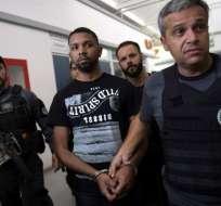 Rogerio Avelino da Silva (Rogério 157) escoltado por miembros de la Policía Civil.   Foto:AFP