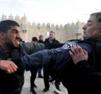 La policía israelí se pelea con un manifestante palestino frente a la Puerta de Damasco en la ciudad vieja de Jerusalén.  Foto:AFP