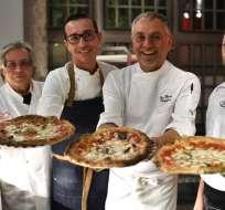 NÁPOLES, Italia.- Antonio Starita (I), Gino Sorbillo (2do.I), Ciro Oliva (D) y Enzo Coccia (2doD) posan junto a pizzas para celebrar título otorgado por la Unesco. Foto: AFP.