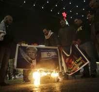 Varios palestinos queman un afiche con la imagen del presidente estadounidense Donald Trump y la bandera israelí durante una protesta en Belén, Cisjordania, el martes 6 de diciembre de 2017. Trump anunció el martes que Estados Unidos reconocerá a Jerusalén como la capital israelí. Foto: AP