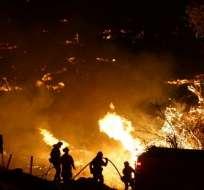 Los bomberos luchan contra el fuego en los Ángeles.  Foto AFP