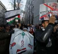 Los manifestantes participan en una manifestación en la embajada de los Estados Unidos en Bruselas en apoyo de los palestinos y para protestar contra el reconocimiento del presidente de los Estados Unidos, Donald Trump, de que Jerusalén es la capital de Israel, el 8 de diciembre de 2017. Foto: AFP