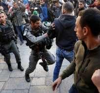 Las fuerzas israelíes se pelean con los palestinos en la Ciudad Vieja de Jerusalén el 8 de diciembre de 2017. Foto: AFP