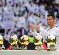 El portugués Cristiano Ronaldo posó con sus cinco Balones de Oro en el Santiago Bernabéu.