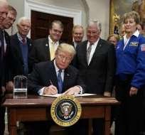 El presidente de Estados Unidos firmó en la Casa Blanca la orden por medio de la cual insta a la NASA a iniciar un programa de exploración 11 de diciembre de 2017. Foto:  @NicaNws