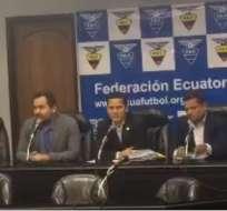 Luis Muentes (c.) dio el anuncio luego de una reunión con el presidente de la FEF, Carlos Villacís. Foto: Archivo