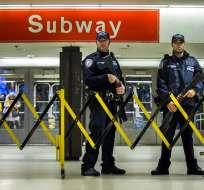 Policías montan guardia en la estación de tren subterráneo de Port Authority en Nueva York el 11 de diciembre del 2017. Foto: AP