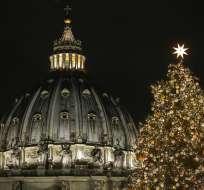 Un árbol de Navidad de 21 metros (69 pies) enviado desde Polonia se ve con a cúpula de la Basílica de San Pedro al fondo, en el Vaticano, el jueves 7 de diciembre de 2017. Foto: AP