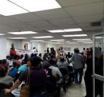 Ellos aseguran que algunos de los pacientes han fallecido tras la clausura del hospital.  Foto: Defensoría del Pueblo