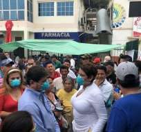 Asambleístas no pudieron entrar al centro de salud porque visita no estaba programada. Foto: Pública FM