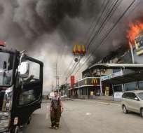DAVAO, Filipinas.- Los bomberos recuperaron el domingo 24 de diciembre de 2017 un primer cadáver. Foto: AFP.