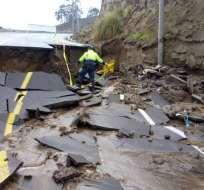 En la vía Santa Rosa la calzada cedió e interumpió el tránsito vehicular. Foto: Twitter ECU 911 Ambato.