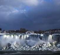 Estados Unidos.- La ola de frío en norteamérica congeló las cataratas del Niágara ofreciendo un espectáculo a sus visitantes. Foto: AP