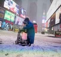 ESTADOS UNIDOS.-  Una persona es vista en Times Square durante una tormenta de invierno en Nueva York el 4 de enero de 2018. Foto: AFP