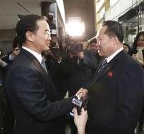 El ministro de Unificación surcoreano Cho Myoung-gyon, izquierda, estrecha la mano del jefe de la delegación norcoreana Ri Son Gwon antes de su reunión en Panmunjom en la Zona Desmilitarizada en Paju, Corea del Sur, martes 9 de enero de 2018. Foto: AP