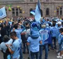 Los hinchas de Macará se congregaron en la sede del club para adquirir una entrada.