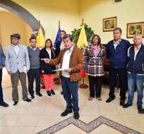 QUITO, Ecuador.- Pablo Beltrán, jefe de la guerrilla del ELN (c), lee una declaración llamando al gobierno del presidente Juan Manuel Santos a reconsiderar su retirada de las negociaciones de paz. Foto: AFP