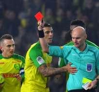 El juez Tony Chapron hizo esto en el duelo Nantes-PSG por la Ligue One. Foto: AFP