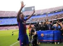 El colombiano entró a la cancha del Camp Nou sin zapatos. Foto: AFP