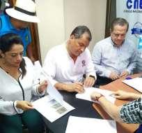 BABAHOYO, Ecuador.- El expresidente Rafael Correa se desafilia del movimiento Alianza PAIS, ante la sede del CNE en la provincia de Los Ríos. Foto: Twitter