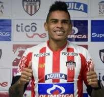 El uruguayo Jonatan Álvez posó con la camiseta de su nuevo equipo, el Junior de Colombia.