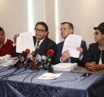 Villavicencio y Páez muestran documentos e informe de Contraloria que demostrarían pagos ilegales. Foto: API