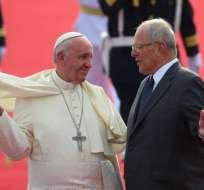 LIMA, Perú.- El papa Francisco junto al presidente peruano durante su arribo a tierras incas. Foto: AP.