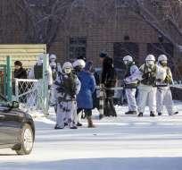 ULÁN-UDÉ, Rusia.- Tras el suceso, miembros de la policía acordonaron la escuela y realizan investigaciones. Foto: AP