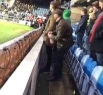 Un aficionado del Middlesbrough fue detenido por orinar en la poma de agua del portero del Queens Park Rangers.