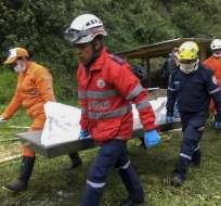 NARIÑO, Colombia.- Los bomberos y socorristas tuvieron dificultades para rescatar los cuerpos de los fallecidos. Foto: AFP