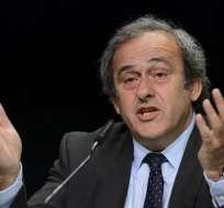 El francés Michel Platini fue suspendido por un controvertido cobro de 1,8 millones de euros que recibió de Josep Blatter.