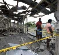 La gente junto a sus casas destruidas después de la explosión. Foto: AFP