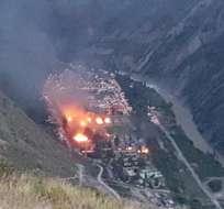 HUANCAVELICA, Perú.- Los manifestantes quemaron algunas casas de un  campamento gubernamental de esa región. Foto: rpp.pe