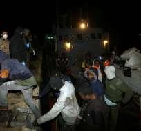 TRÍPOLI, Libia.- El 31 de enero del 2018, otros 240 migrantes fueron rescatados de una embarcación que naufragaba debido a las precarias condiciones de la misma. Foto: AFP