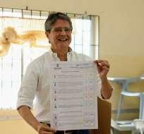 GUAYAQUIL, Ecuador.- El excandidato presidencial mostró su papeleta antes de depositarlo en la urna. Foto: twitter