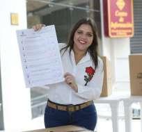 GUAYAQUIL, Ecuador.- La vicepresidenta ejerció su voto en la mañana y regresará a la capital donde conocerá los resultados. Foto: twitter de la vicepresidencia