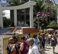 Gente esperando para recibir su identificación de voto en el Tribunal Supremo Electoral, en San José, Costa Rica, el sábado 3 de febrero de 2018. Foto: AP