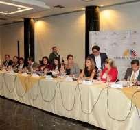 QUITO, Ecuador.- Los miembros de esta comisión analizaron la solicitud contra Ochoa en una reunión. Foto: API.