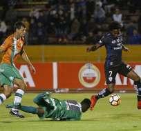 El delantero nacional (d.) es criticado por perder tres ocasiones claras de gol. Foto: API