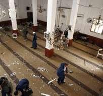 Dos bombas explotaron al iniciarse la gran oración semanal en el interior de la mezquita. Foto: AFP