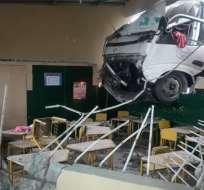 El vehículo chocado permanece atrapado en la unidad educativa. Foto: @Cupsfire_gye