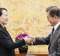 SEÚL, Corea del Sur.- El presidente surcoreano Moon Jae-in le da la mano a la hermana de Kim Jong Un, Kim Yo-jong. Foto: AFP.