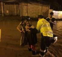 GUAYAQUIL, Ecuador.- Tras el desbordamiento del canal, al menos 50 personas del sector fueron evacuadas de sus viviendas. Foto: twitter Policía Nacional