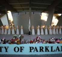 PARKLAND, Estados Unidos.- En las instalaciones de la escuela se han realizado vigilias y ofrendas florales recordando a las víctimas. Foto: AFP