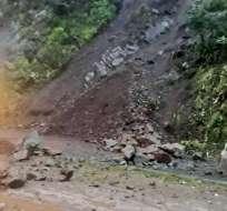 Vía Alóag-Santo Domingo está cerrada por deslizamiento de tierra. Foto: Redes