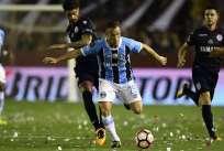 Arthur (d.) fue una de las figuras del equipo brasileño en la consagración de la Conmebol Libertadores 2017. Foto: AFP